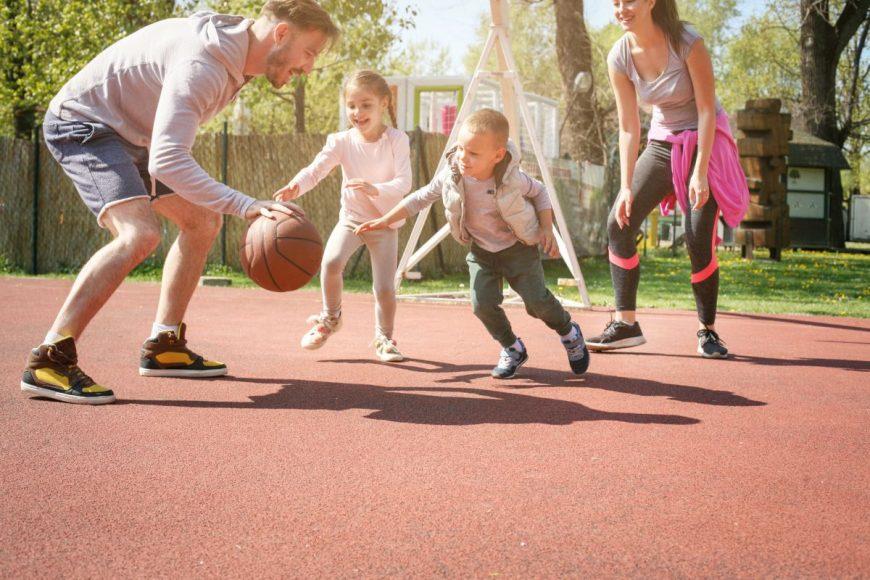 parinti joaca copii baschet