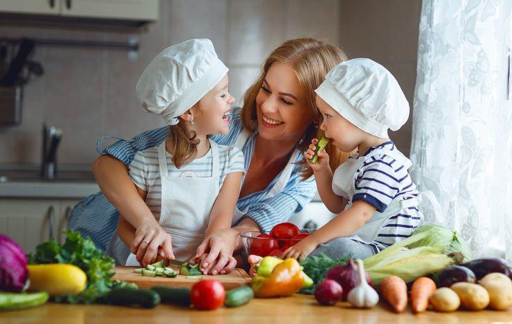 mama copii fructe legume
