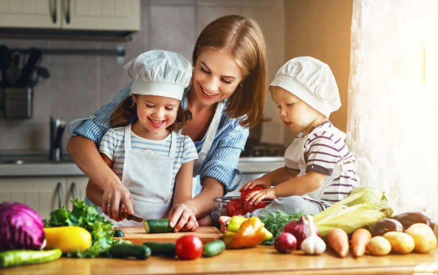 mama copii gatit bucatarie