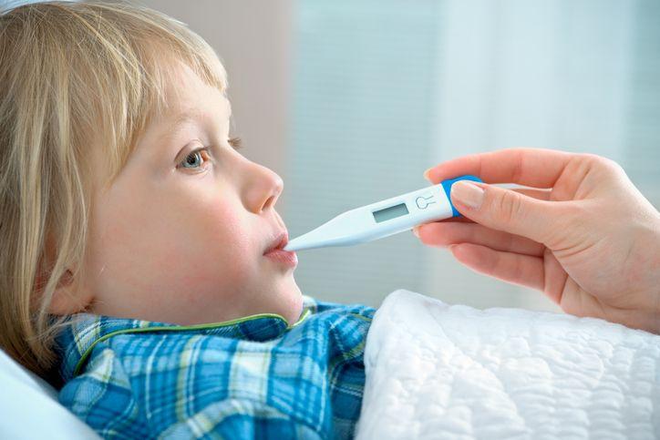 copil febra la pat