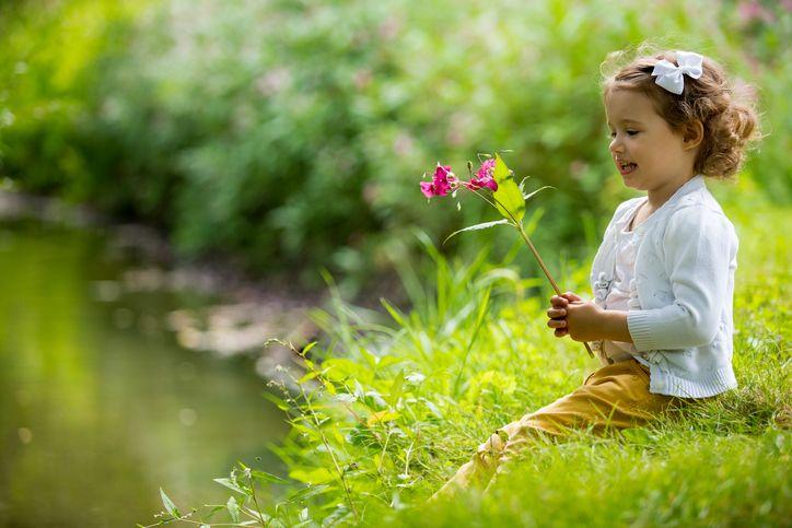 copil parc floare padure alergie