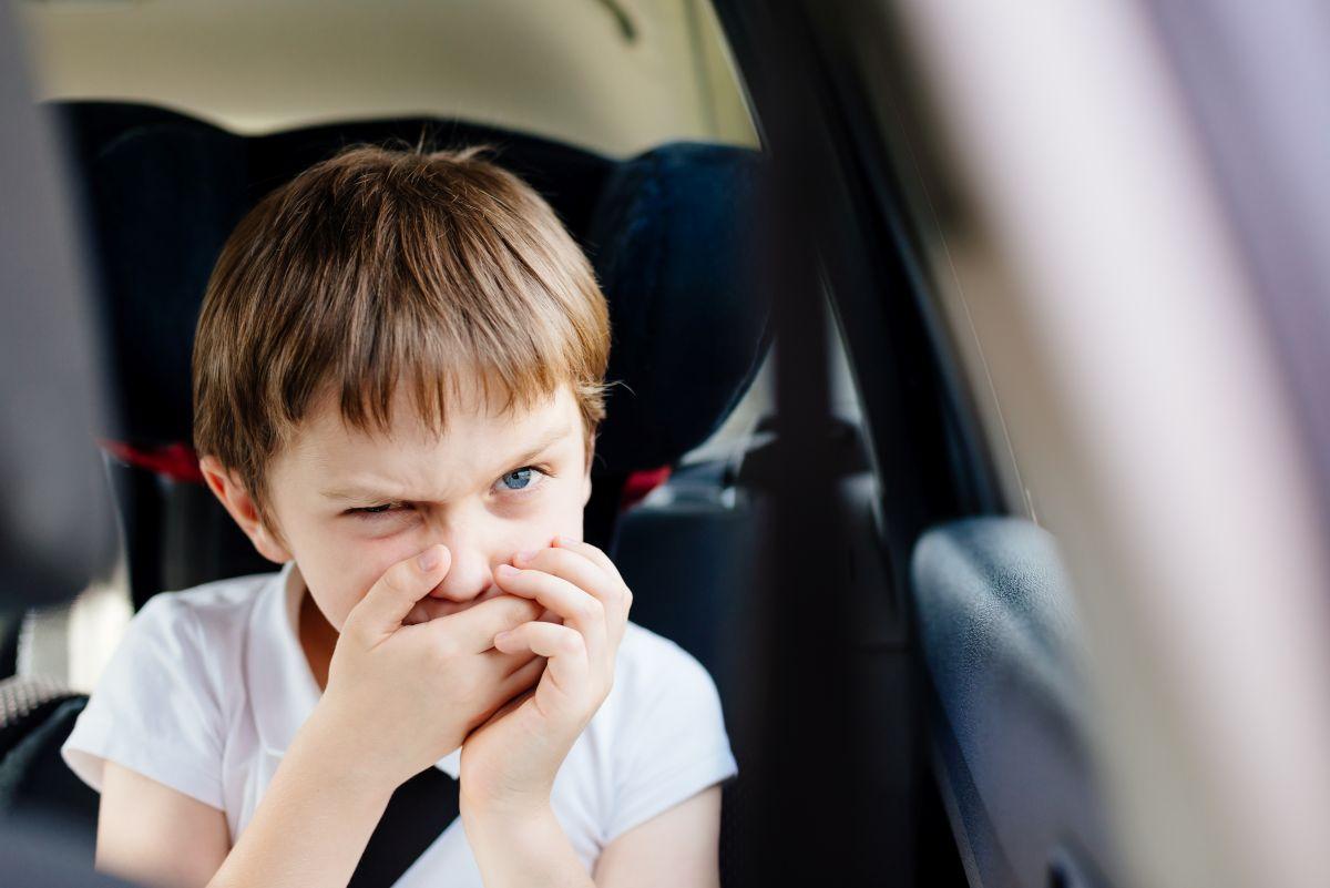 copil mașina varsa rau de masina