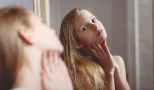 fata adolescenta oglinda