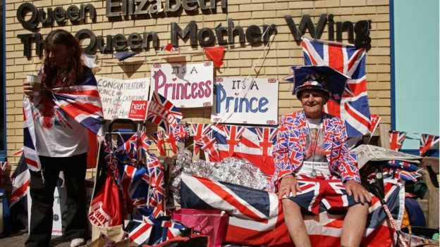Admiratorii familiei regale așteptând anunțul nașterii