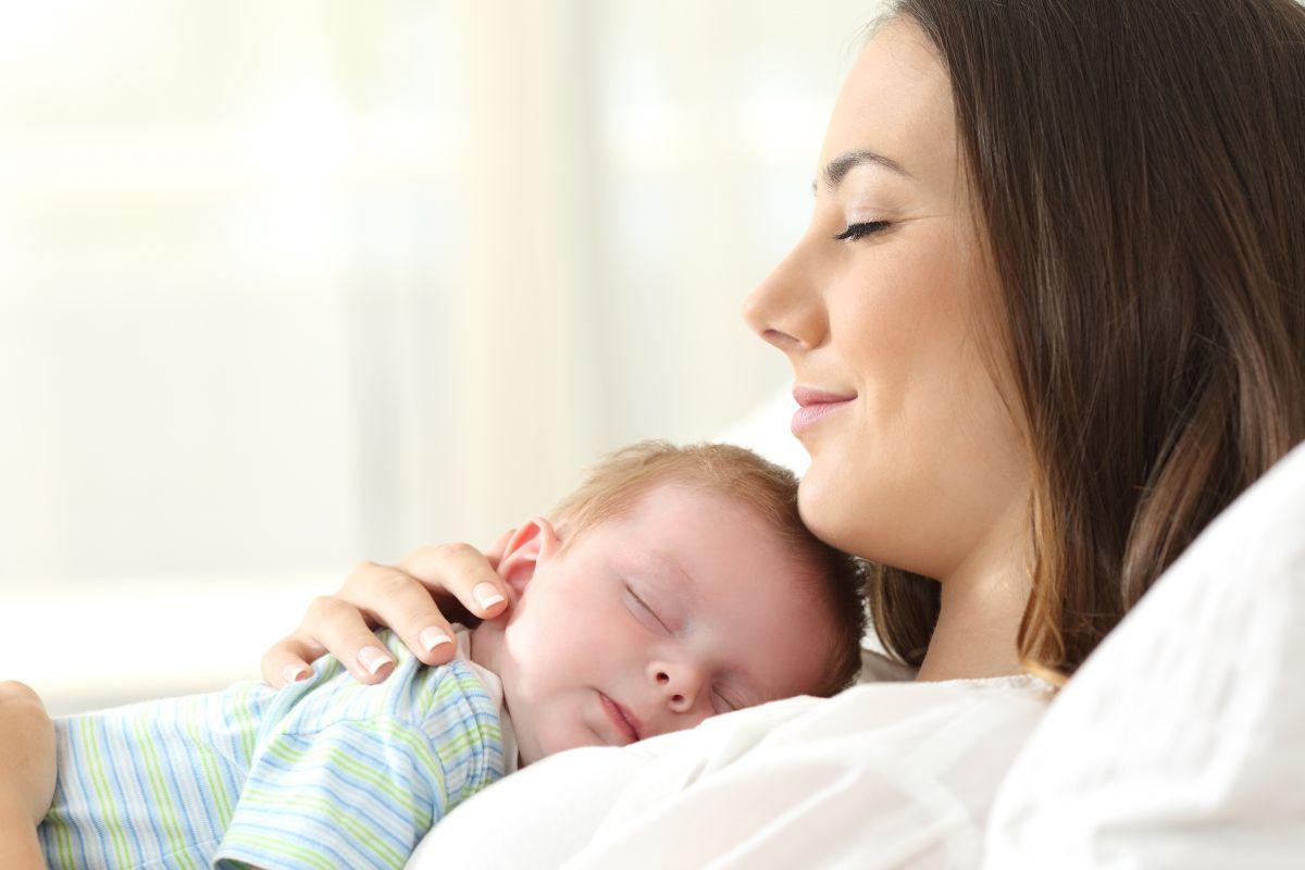 bebelus in brate mama