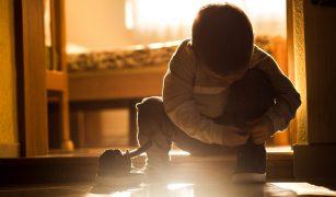 copil șireturi