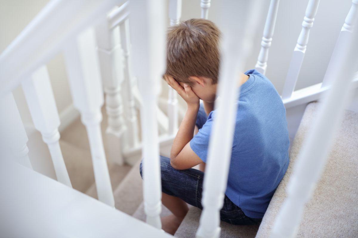 copil pedepsit trist