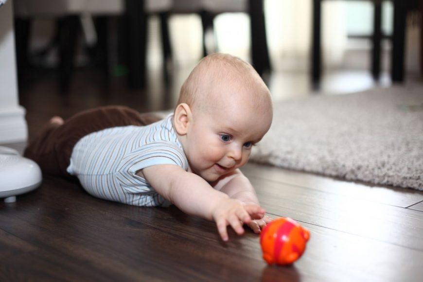 bebelus minge joaca
