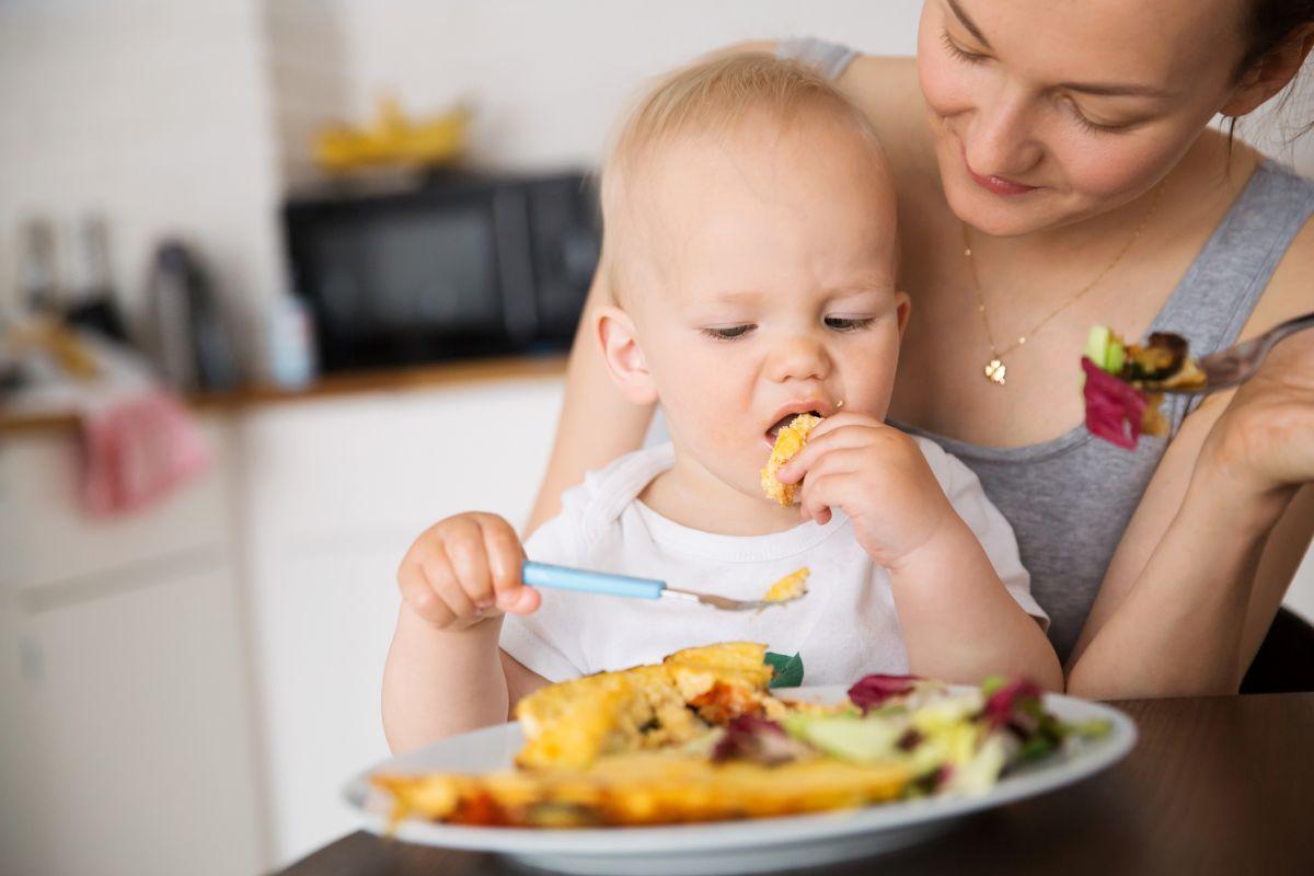 copil mama micul dejun