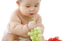 copil fructe bebelus mancare