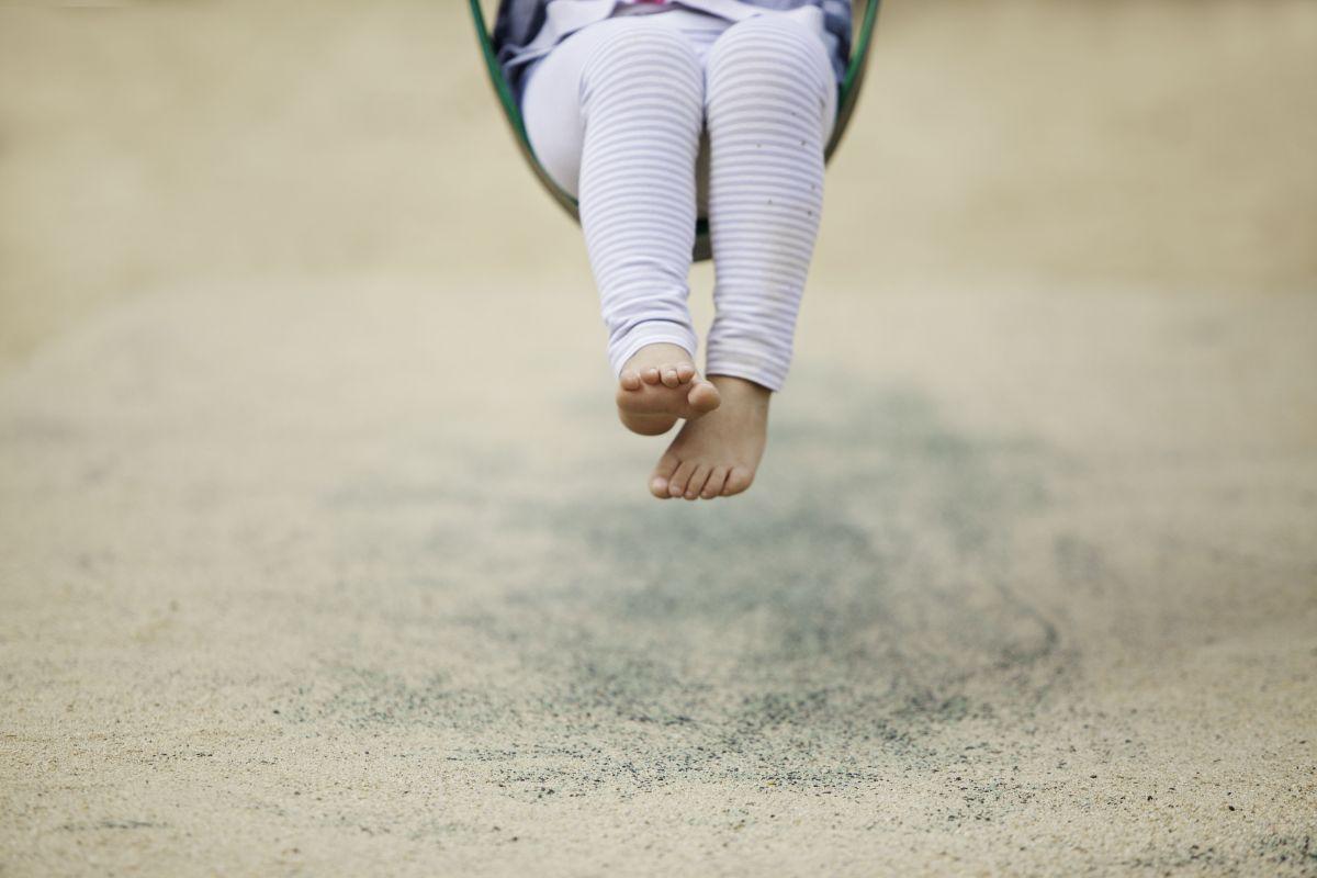picioare copil leagan