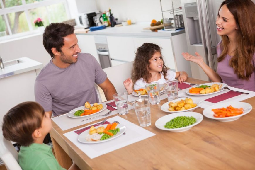 copii parinti la masa