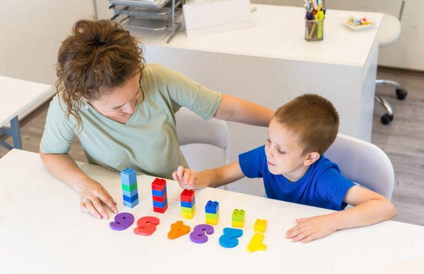 copil mama litere culori