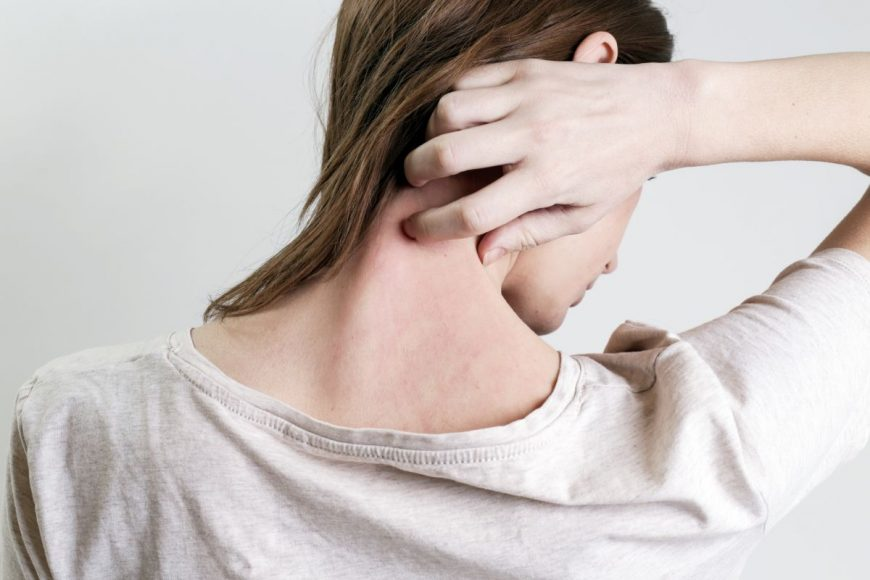 femeie care se scarpina