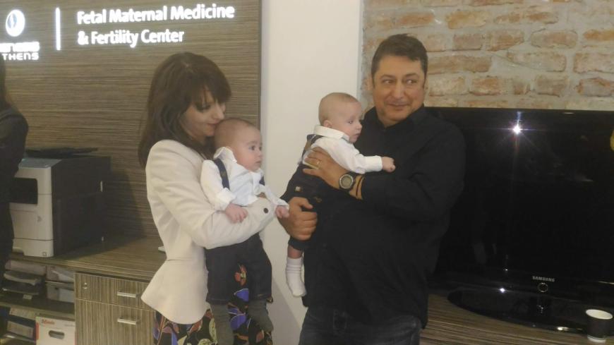 Gemenii Andreas și Ștefan, alături de părinții lor, care nu își încap în piele de fericire pentru că îi pot ține în brațe