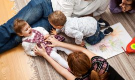 familie joaca copii
