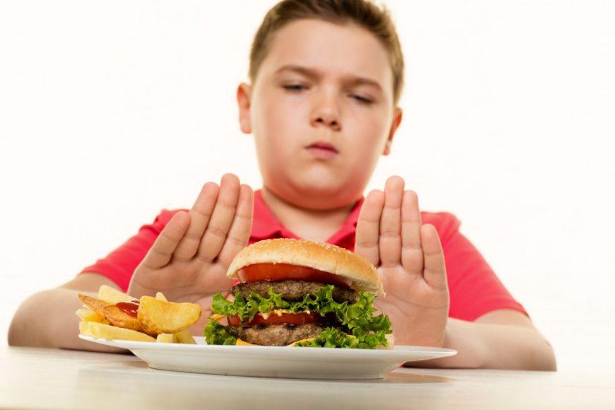 copil hamburger refuz cartofi prajiti