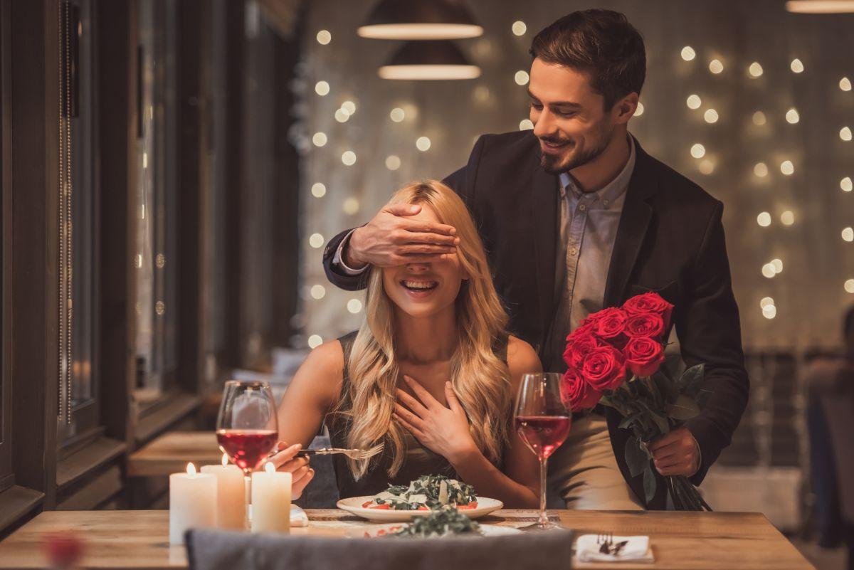 cuplu masa in oras surpriză