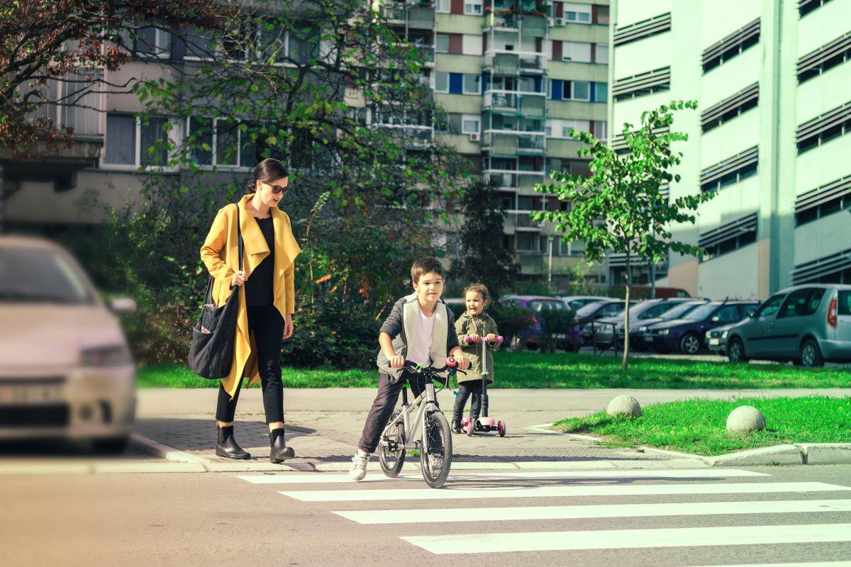 copii care trec strada