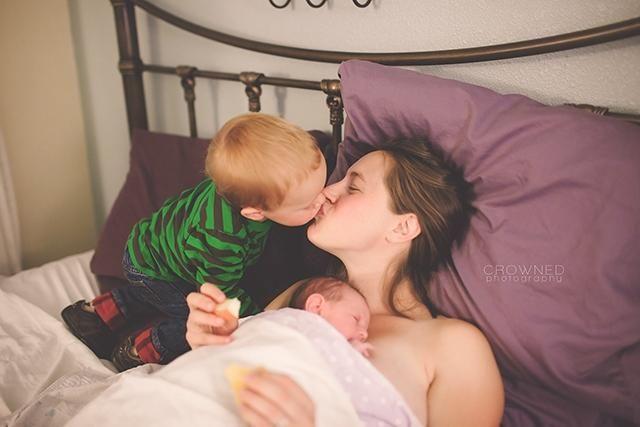 mama își sărută băiețelul