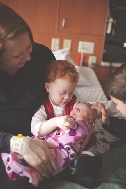 fratele mai mare își mângâie sora mai mică