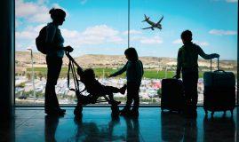 mama copii avion