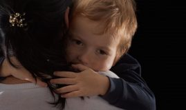 copil imbratisare mama
