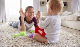 bebelus mama joaca