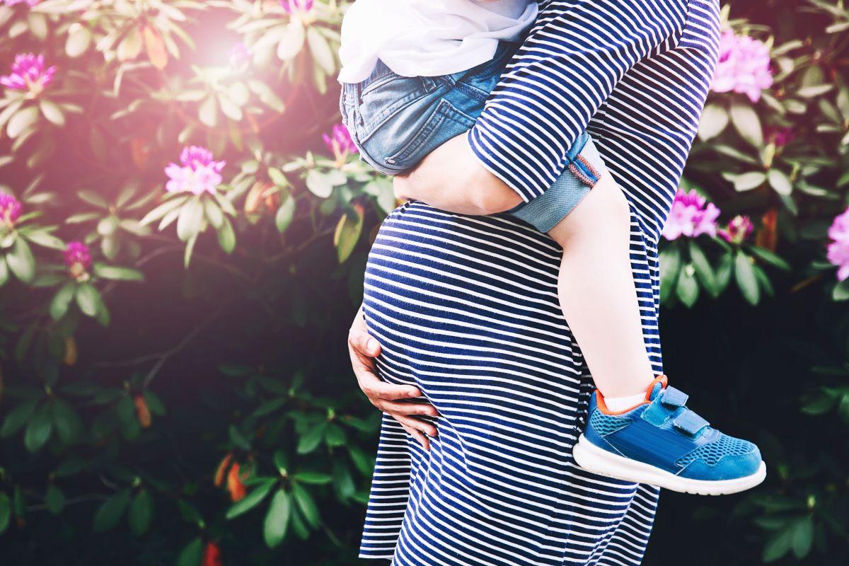 mamă gravidă copil brațe
