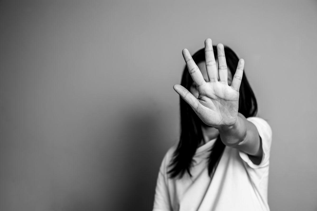 femeie violenta stop