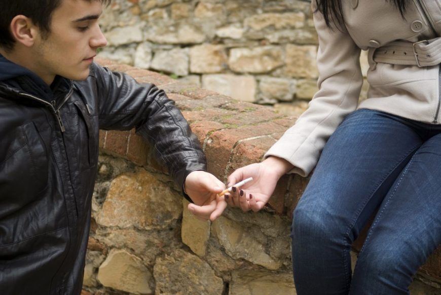 Teribilismul și dorința de a fi interesanți îi fac pe adolescenți să-și aprindă primele țigări