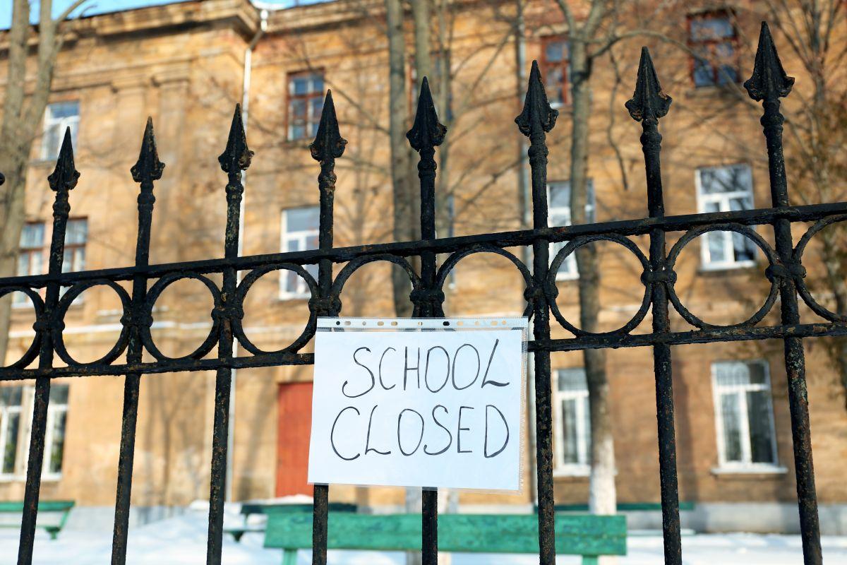 școlile rămân închise
