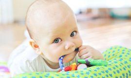 copil în plină erupție dentară