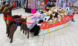 Anul acesta Auchan are o gamă nouă de jucării, sustenabile, care include și articole din pluș, fiecare dintre acestea fiind realizate din sticle de plastic reciclat.