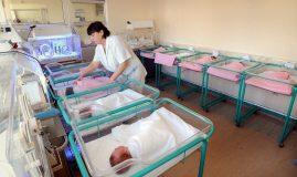 asistenta in secția de neonatologie