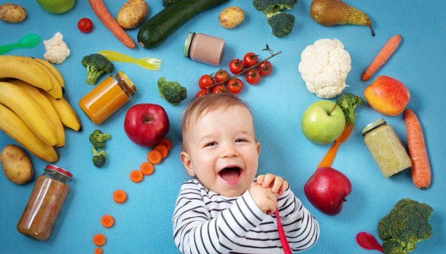 bebelus inconjurat de fructe si legume