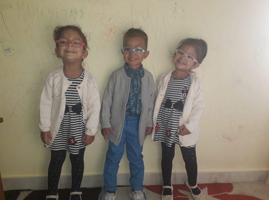 doua fetite si un baietel adoptați de aceeasi familie