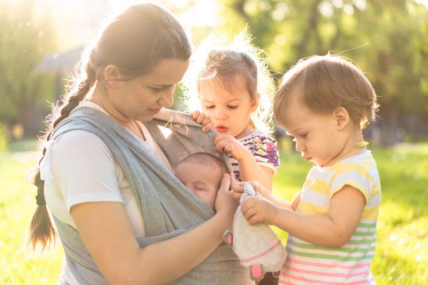 mamă cu trei copii