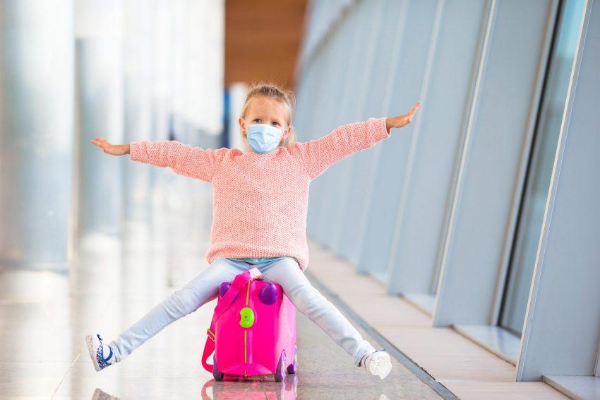 fetiță care poarta masca in aeroport