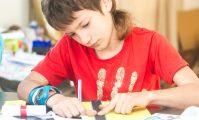 terapia ocupațională le oferă copiilor metode variate, activități plăcute, distractive, pentru a-și îmbogăți deprinderile cognitive, fizice și motorii și pentru a spori încrederea în sine Foto: Shutterstock