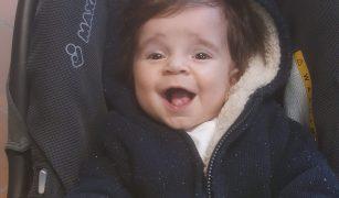 Un băiețel vesel, care a umplut inimile părinților de bucurie