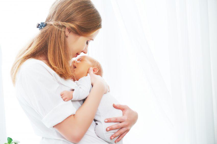 mama tanara cu nou nascut