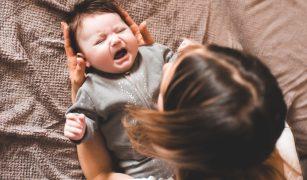 Simptomele frecvente ale colicilor, sunt perioadele intense de plâns prelungite (peste 3 ore) și arcuirea spatelui.