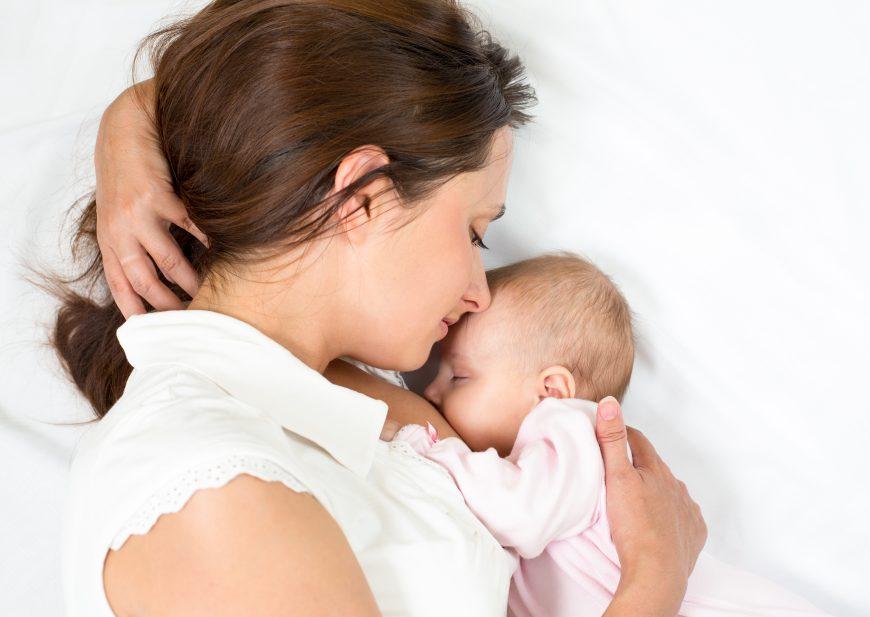 bebelușul adoarme în timpul alăptării
