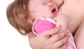 de ce se enervează bebelușul la sân