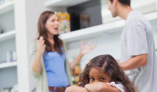 cuplu care se cearta in prezenta copilului