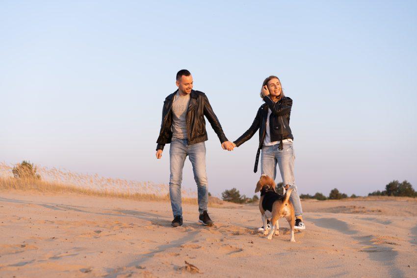 cuplu cu un câine