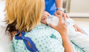 nou nascut hranit cu lapte praf