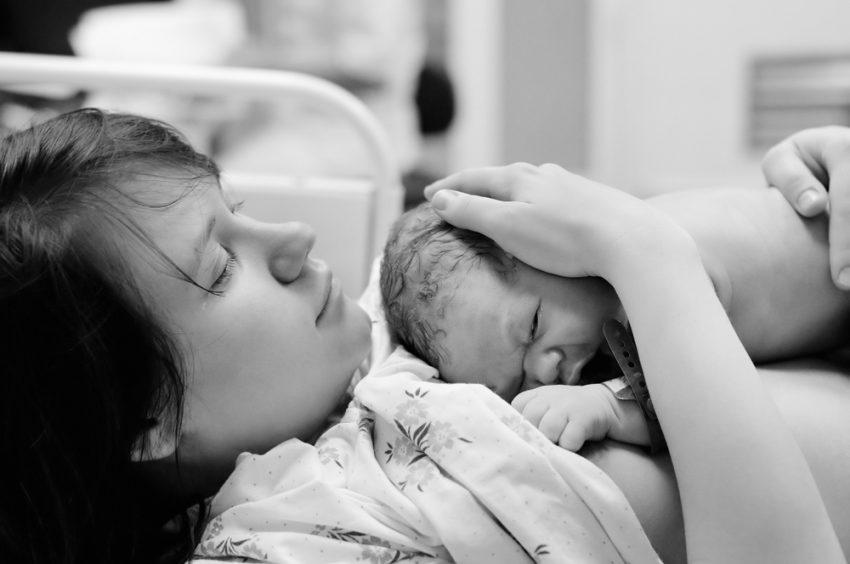 nou nascut in bratele mamei