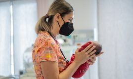 neonatolog cu un prematur